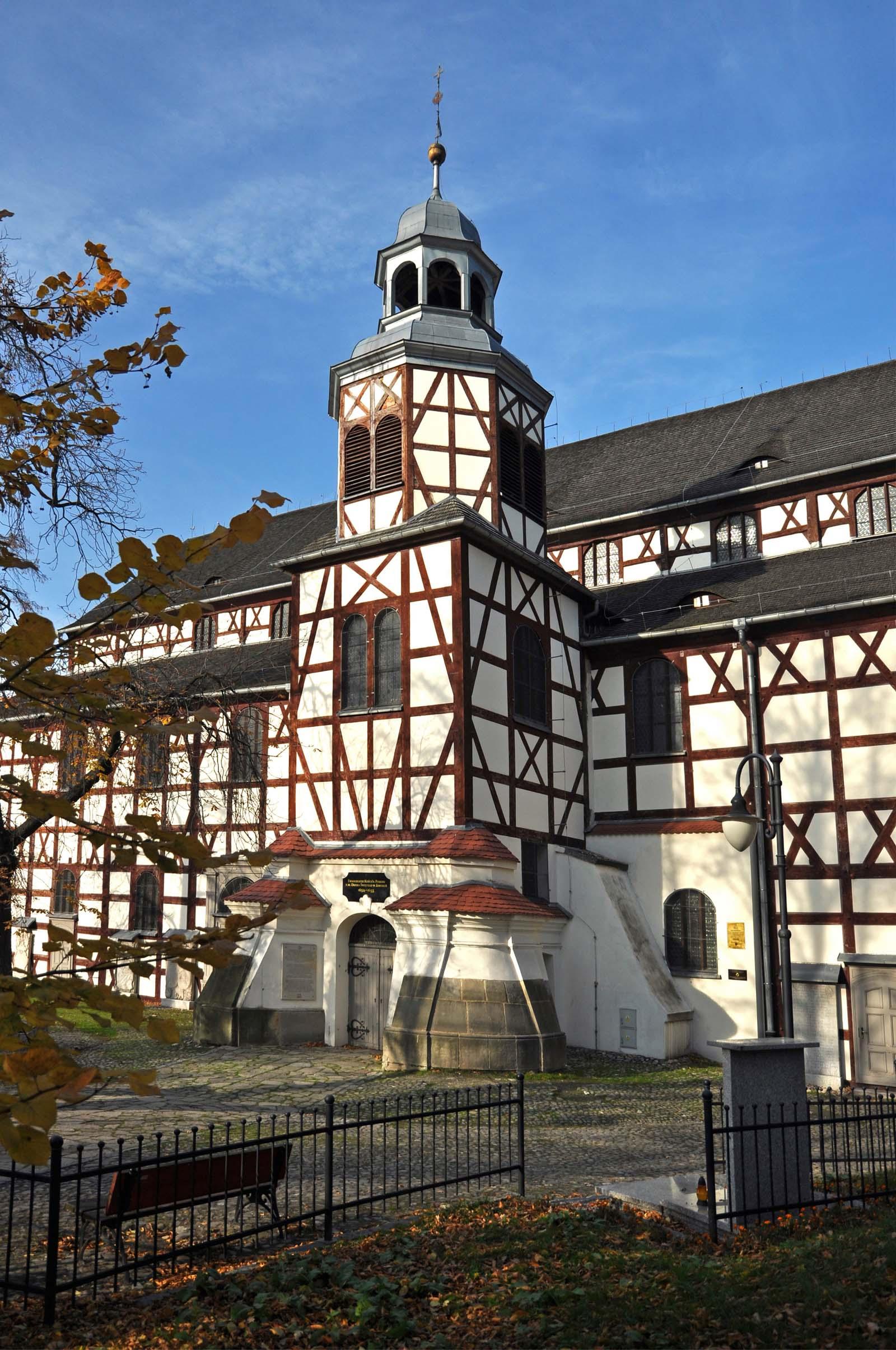 Dzwonnica z cebulastym hełmem i latarnią, Kościół Pokoju pw. Ducha Świętego w Jaworze, Polska