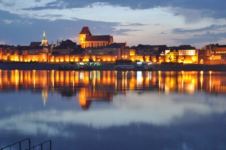 Iluminacja toruńskiego nabrzeża Wisły nocą, Toruń, Polska