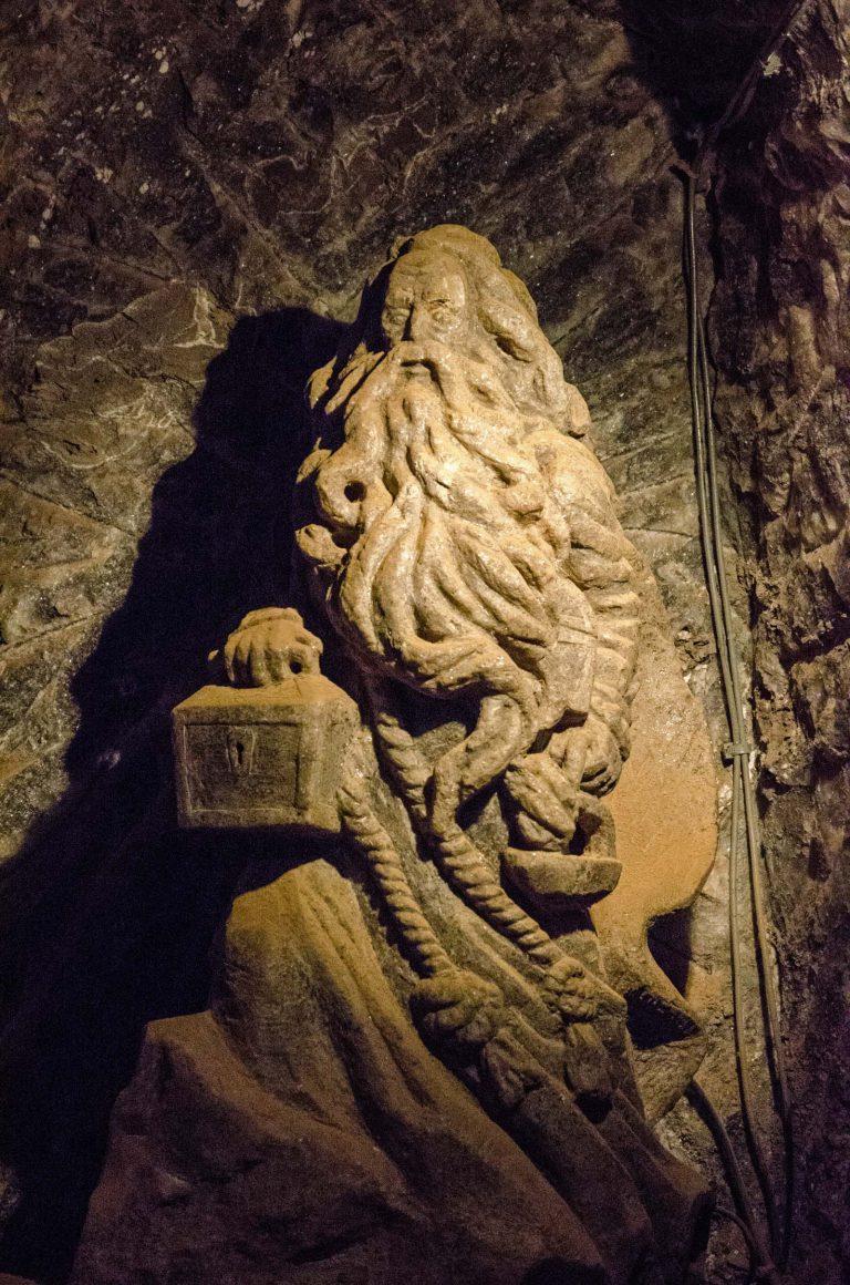 W kopalni jest wiele kamiennych i solnych rzeźb pokazujących górników i postacie legendarne, kopalnia w Bochni, Polska