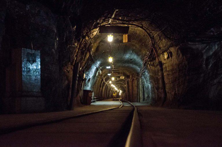 Poruszać się po kopalni można za pomocą górniczej kolejki, kopalnia w Bochni, Polska