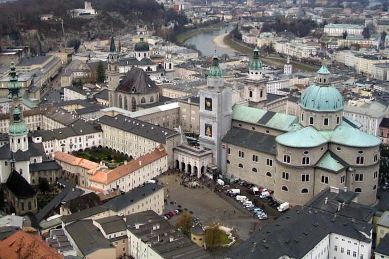 Widok z twierdzy salzburskiej na miasto.