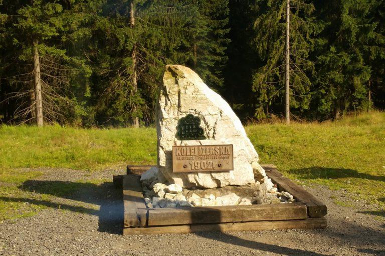 Kamień upamiętniający budowę Kolei Izerskiej. Polana Jakuszycka.