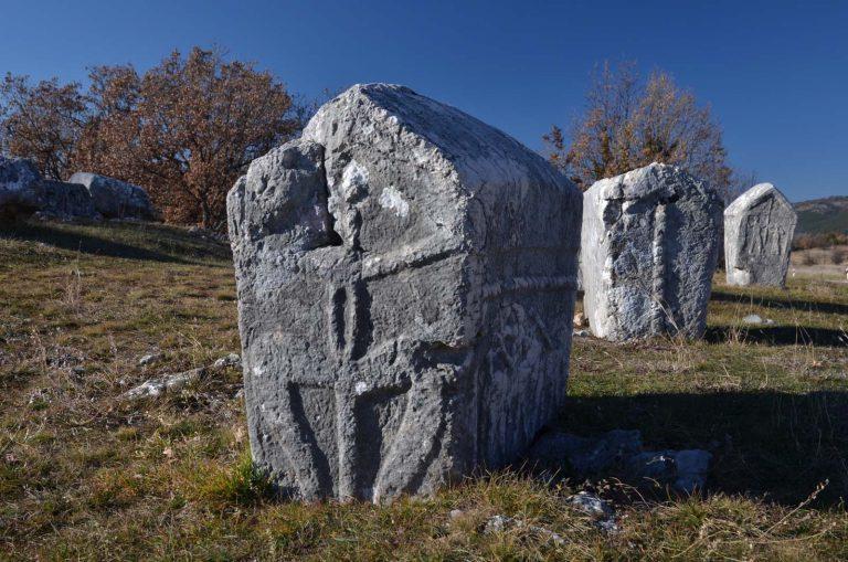 Stecci. Wykute w wapieniu kamienie nagrobne. Chorwacja