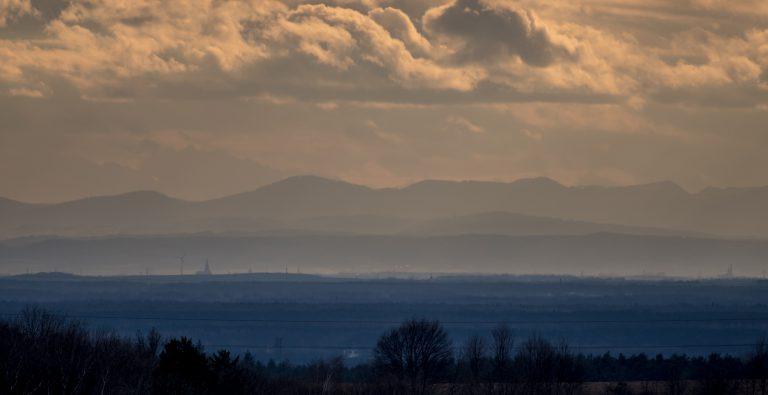 Widok na Góry Kamienne z Wzgórz Trzebnickich