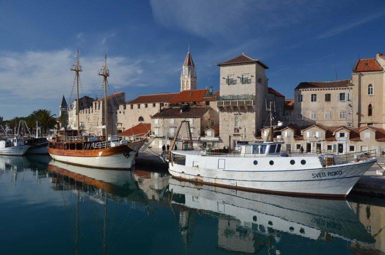 Trogir, łódki, Chorwacja